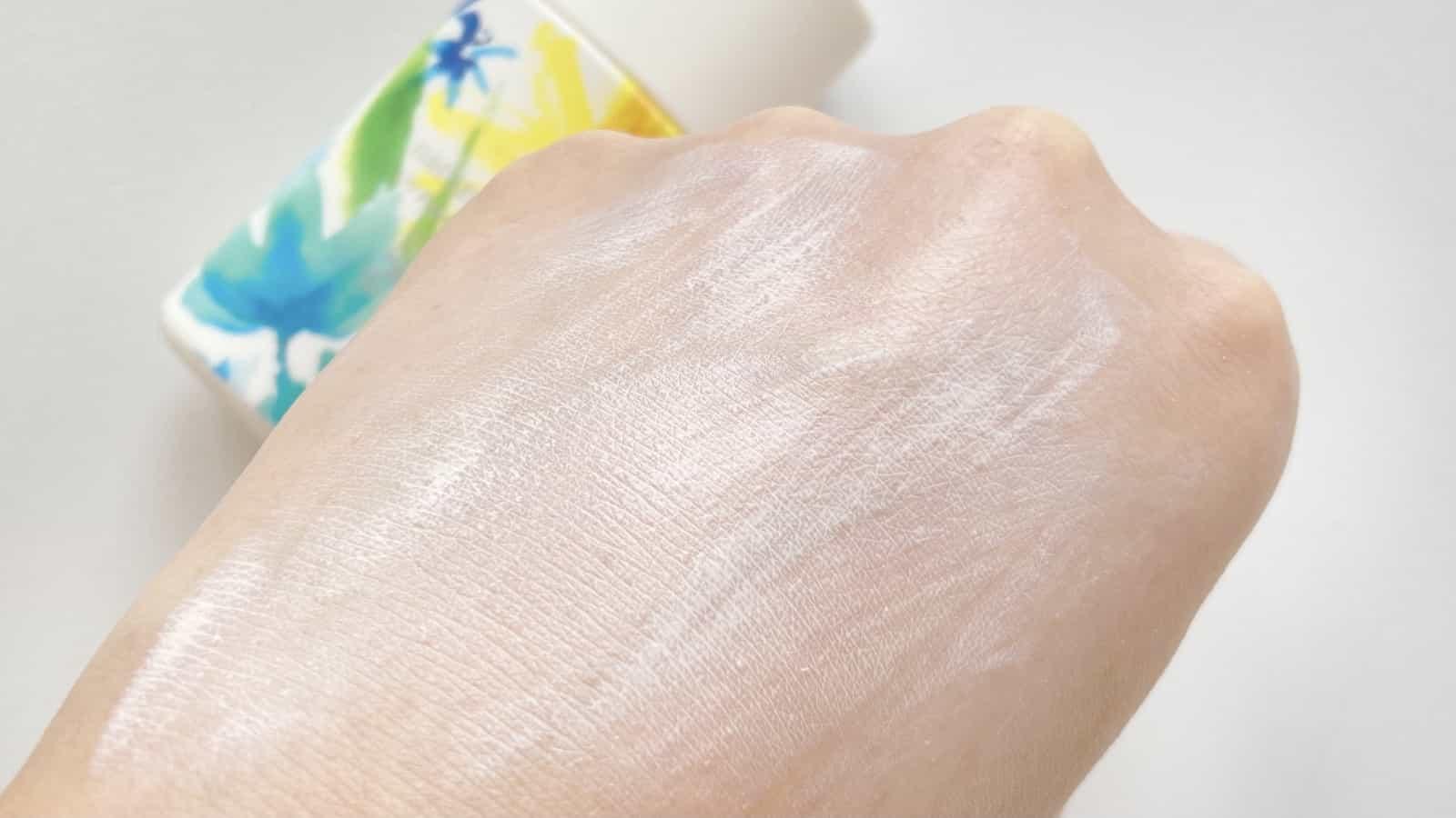 UVプロテクションベースを手の甲にのばした様子