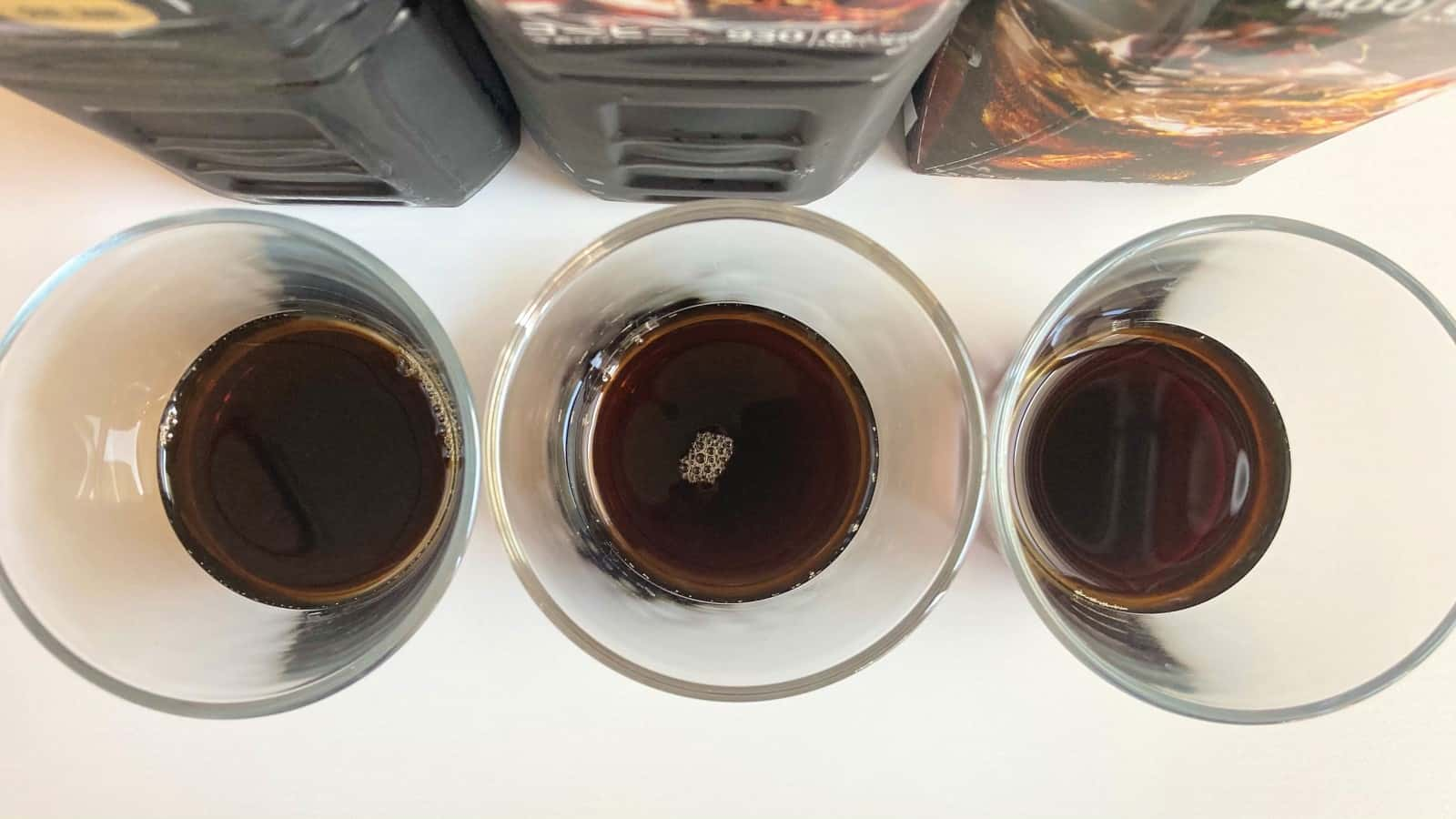 グラスに注がれた3種類のボトルコーヒー